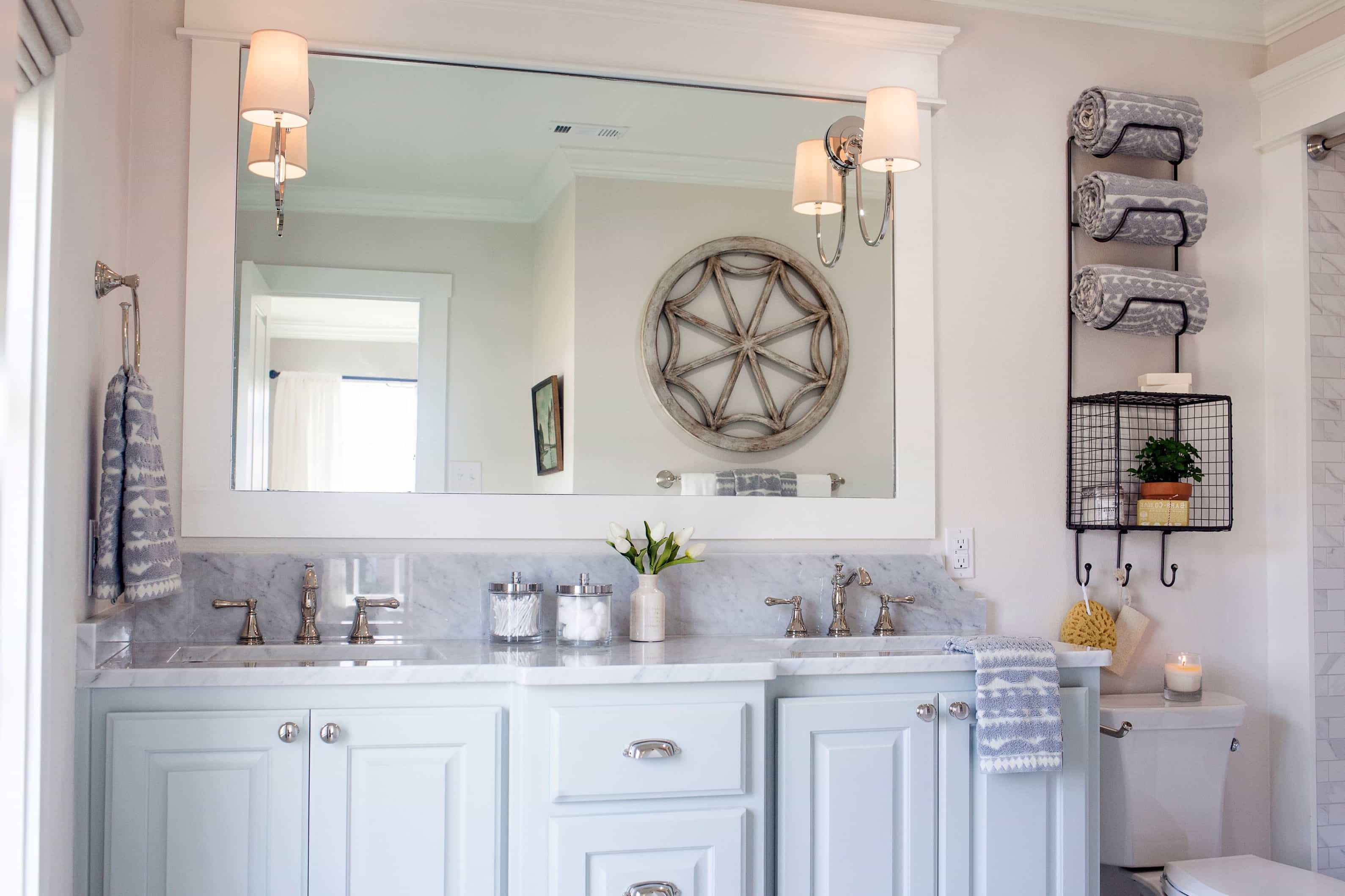 Featured Image of Modern Cottage Bathroom With Classic Cabinets
