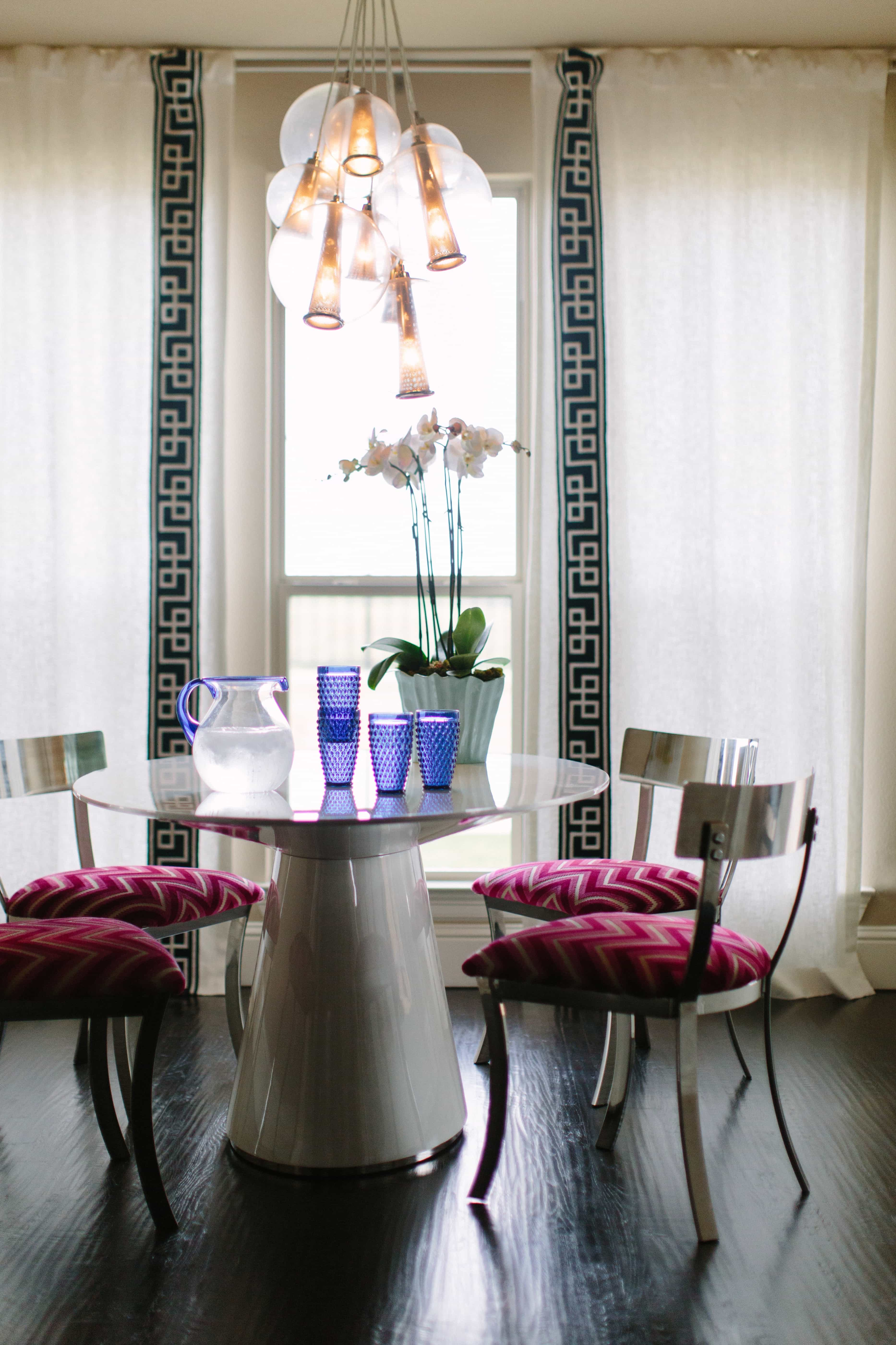 Featured Image of Shiny Metal Chairs And Polished Table For Art Decor Dining Room Decor