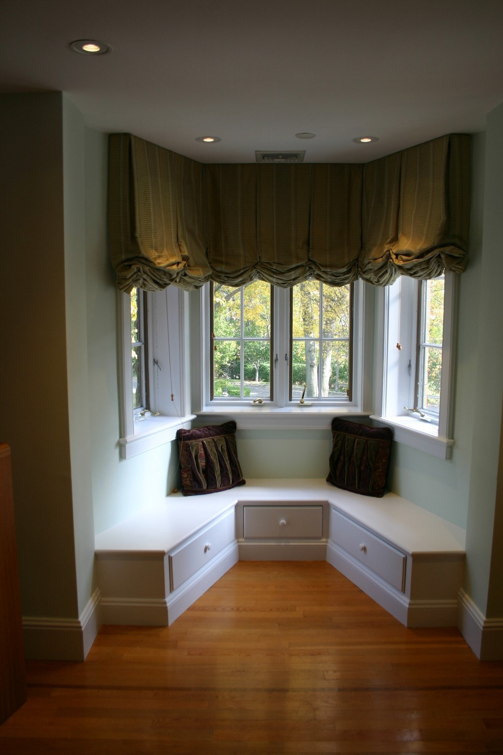 Small Bay Window Curtain Ideas Decor Rodanluo Throughout Curtains For Small Bay Windows (Image 14 of 15)