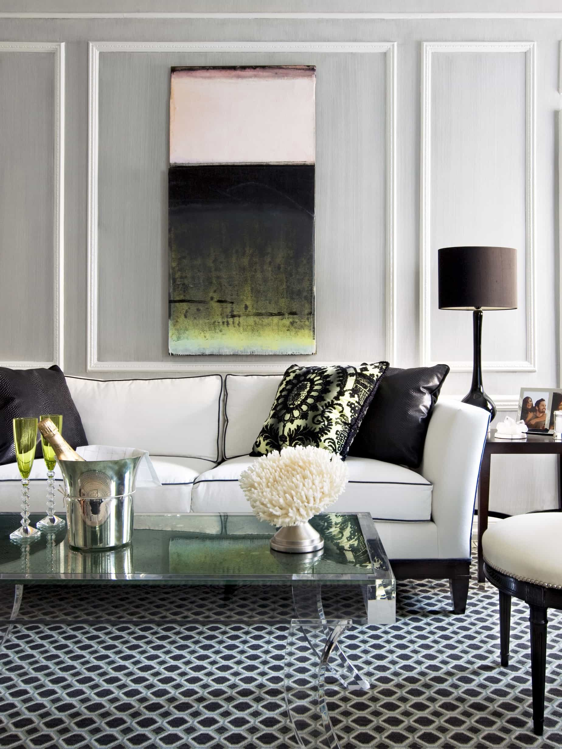 Featured Image of Sophisticated Black And White Living Room Mixes Hollywood Glam