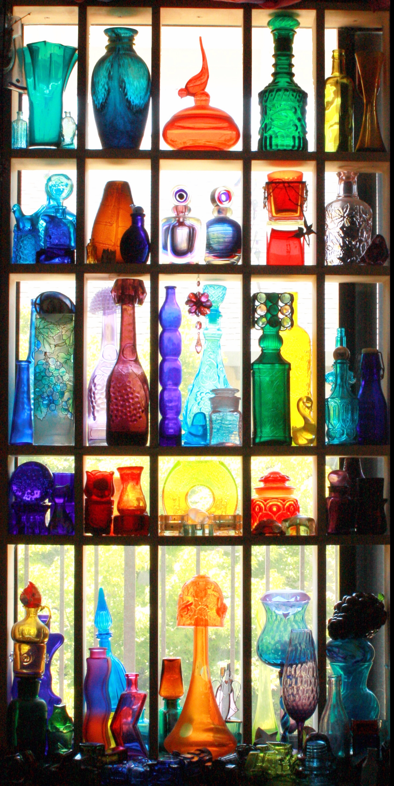 5 Astuces Dco Qui Ne Cotent Rien Coloured Glass Gypsy Rose In Coloured Glass Shelves (Image 3 of 15)