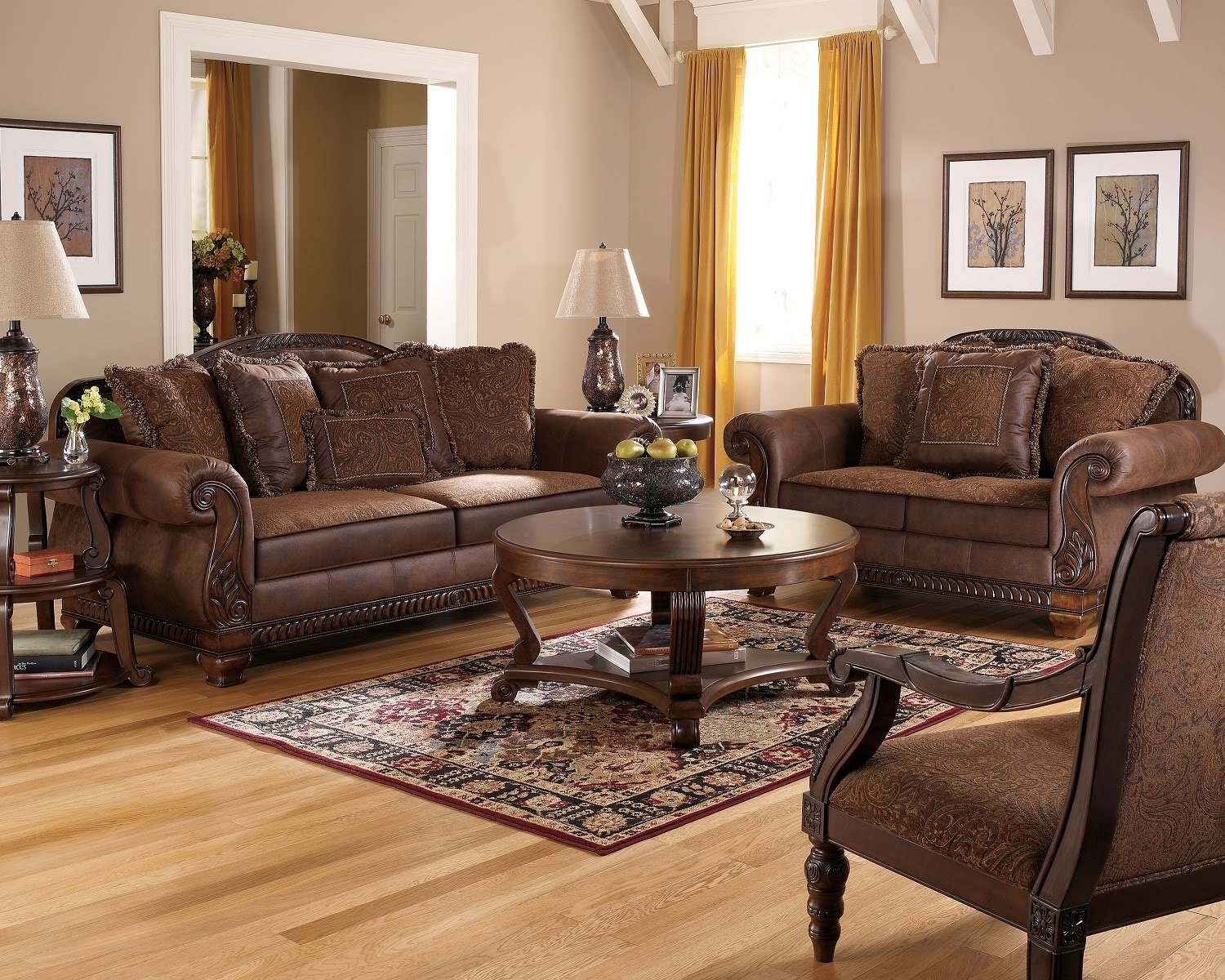 Cozy Living Room Furniture With Traditional Leather Sectional Sofa Pertaining To Traditional Leather Couch (Image 2 of 15)