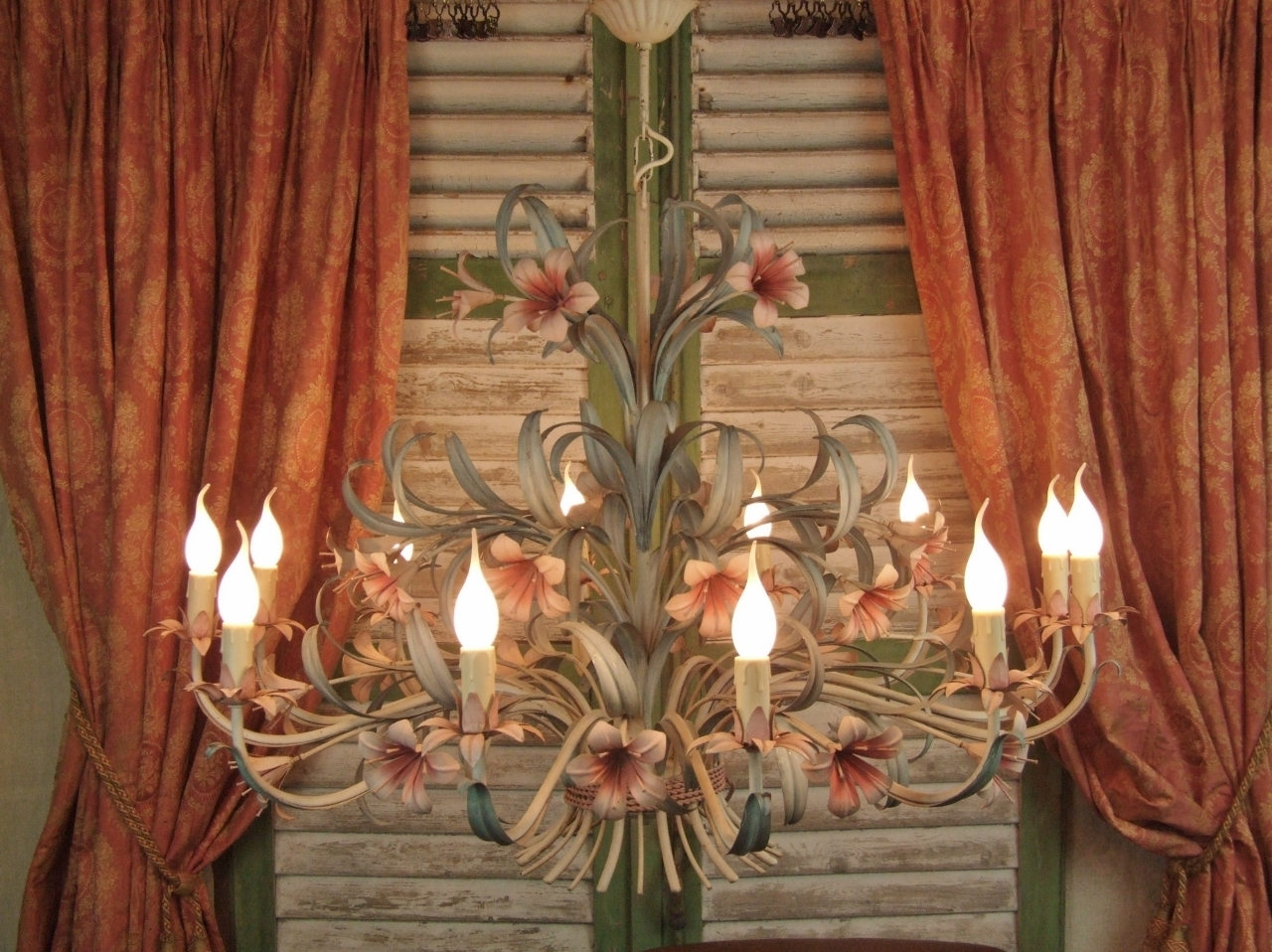 L239 Huge Fantastic 12 Arm Vintage Italian Toleware Lily Throughout Lily Chandeliers (Image 17 of 25)
