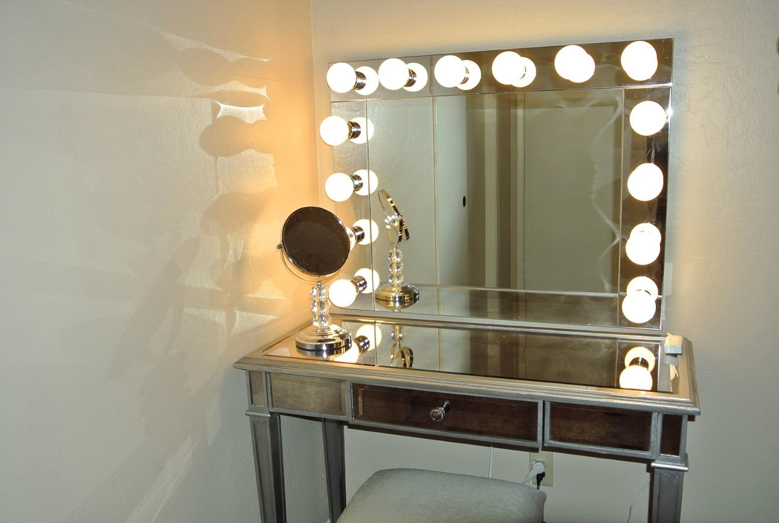 Light Up Vanity Mirror Table (View 8 of 20)