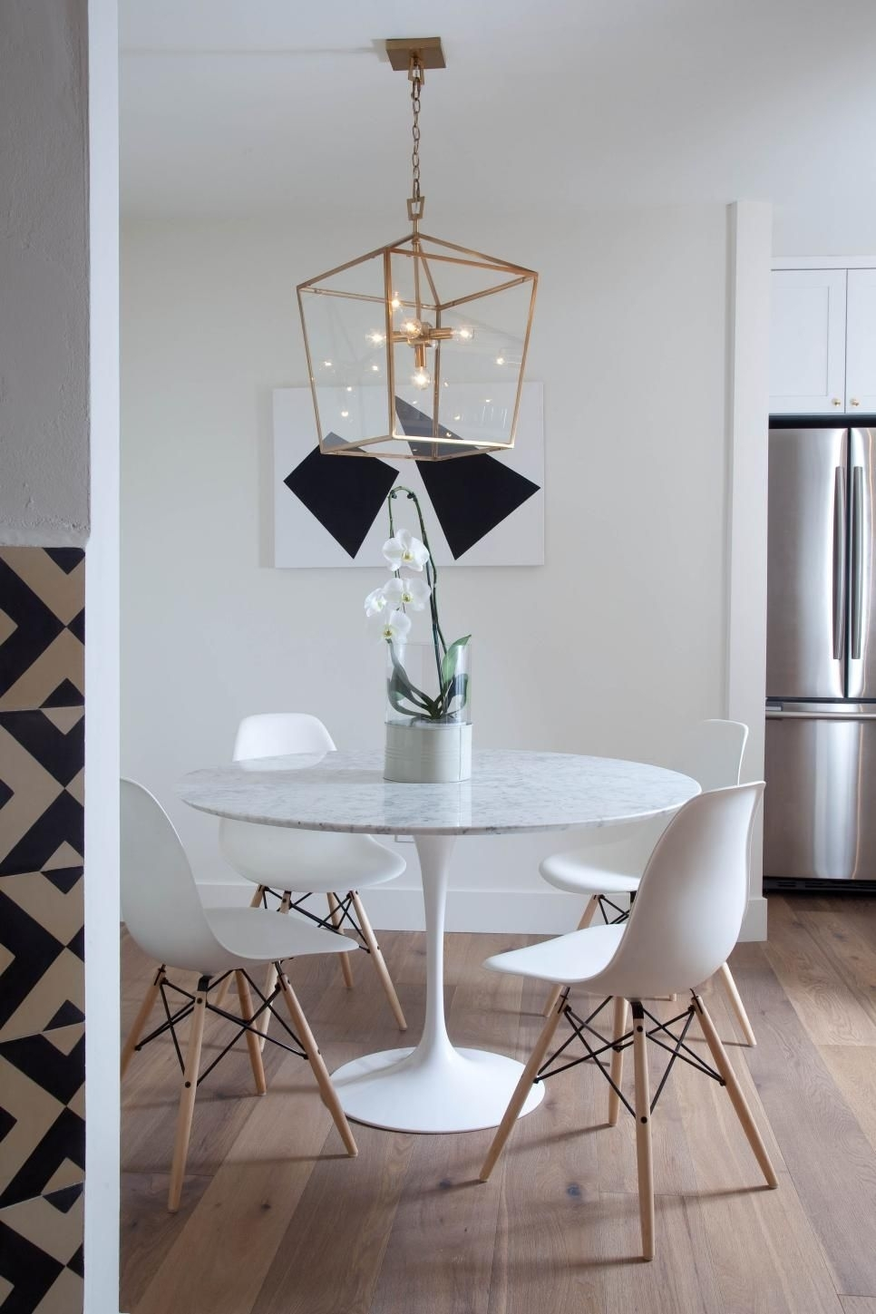 White Eames Style Dining Chairs Surround The Contemporary Round For Best And Newest Lassen Round Dining Tables (View 9 of 20)